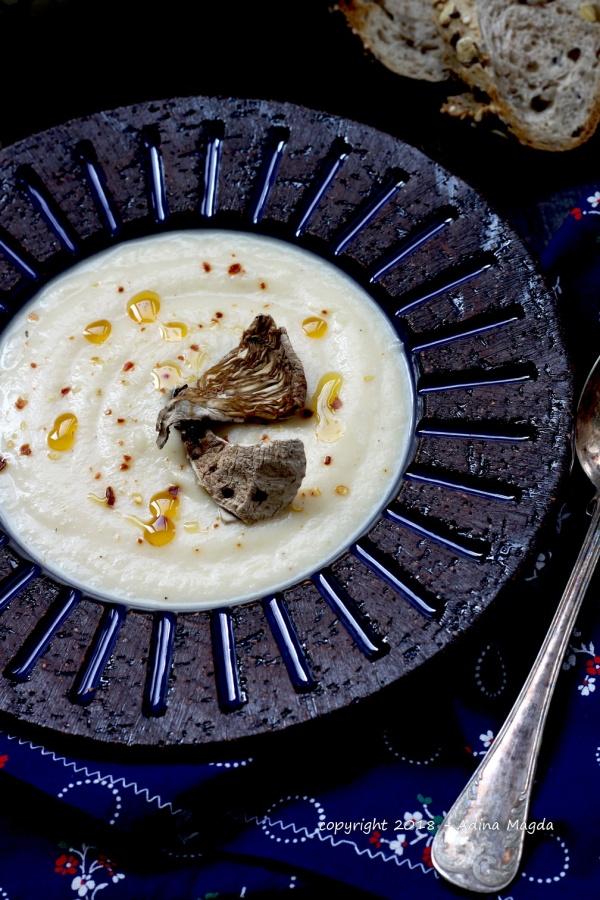 Supa crema de telina servita cu ciuperci de padure uscate